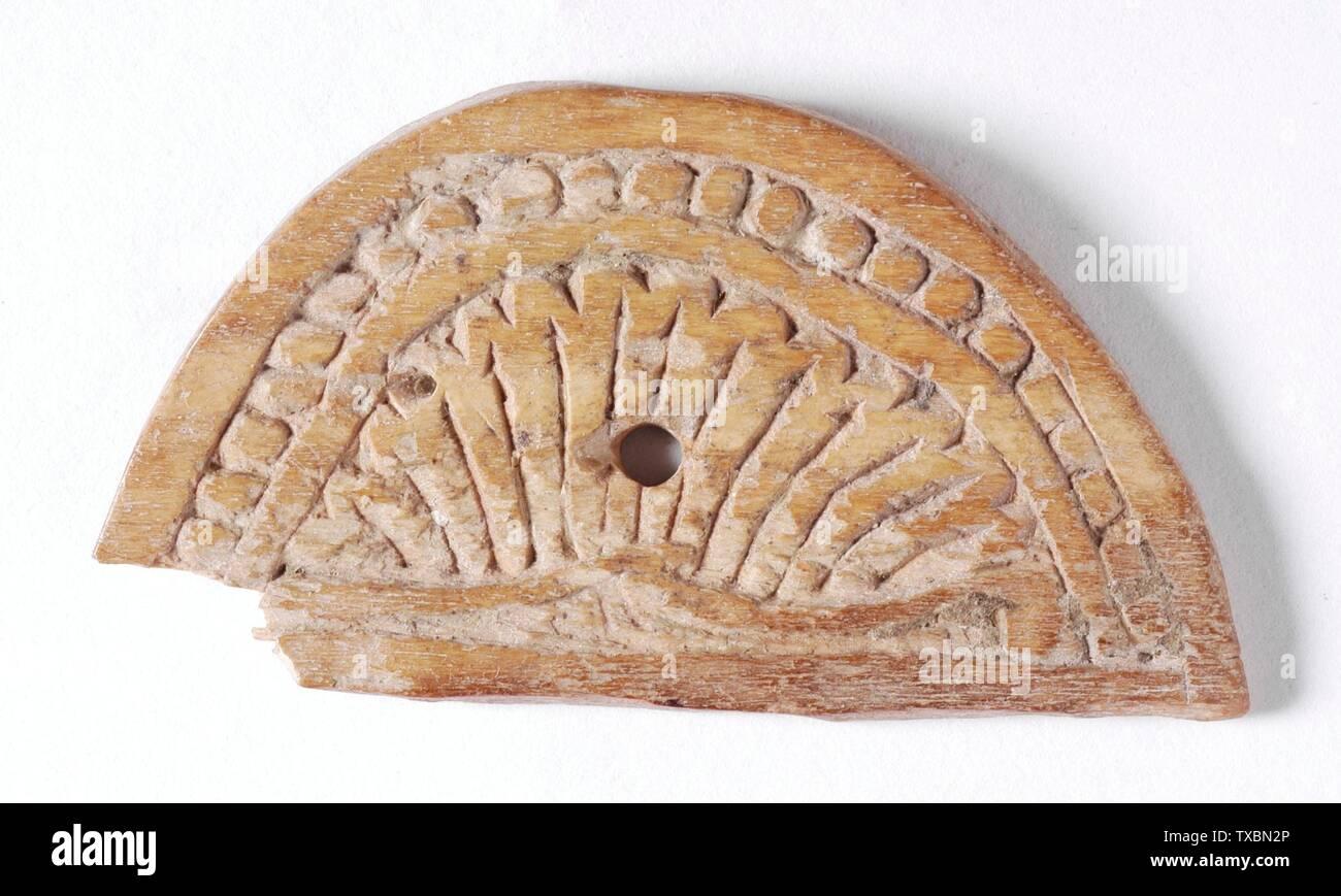 """Plaque """"; Anglais: Égypte, 8e siècle sculpté en os, Sculpture 1 7/16 x 2 2/13 in. (3,65 x 6,82 cm) La Collection d'Art Islamique de Madina, don de Camilla Chandler Frost (M.2002.1.528) L'Art Islamique; 8e siècle QS date:P571,+750-00-00T00:00:00Z/7; ' Photo Stock"""