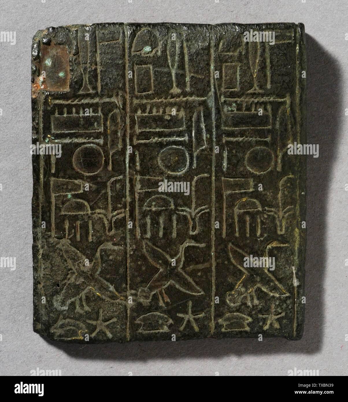 Plaque 'inscrite par un grand prêtre de Amen; Egypte, troisième période intermédiaire, 21e dynastie (1055 - 931 avant notre ère) ou plus tard en bronze sculpture Hauteur: 2 in. (5,1 cm); largeur: 1 3/4 in. (4,4 cm) Don de Carl W. Thomas (M.80.203.45) L'art égyptien; 21e dynastie (1055 - 931 avant notre ère) ou ultérieure; ' Photo Stock