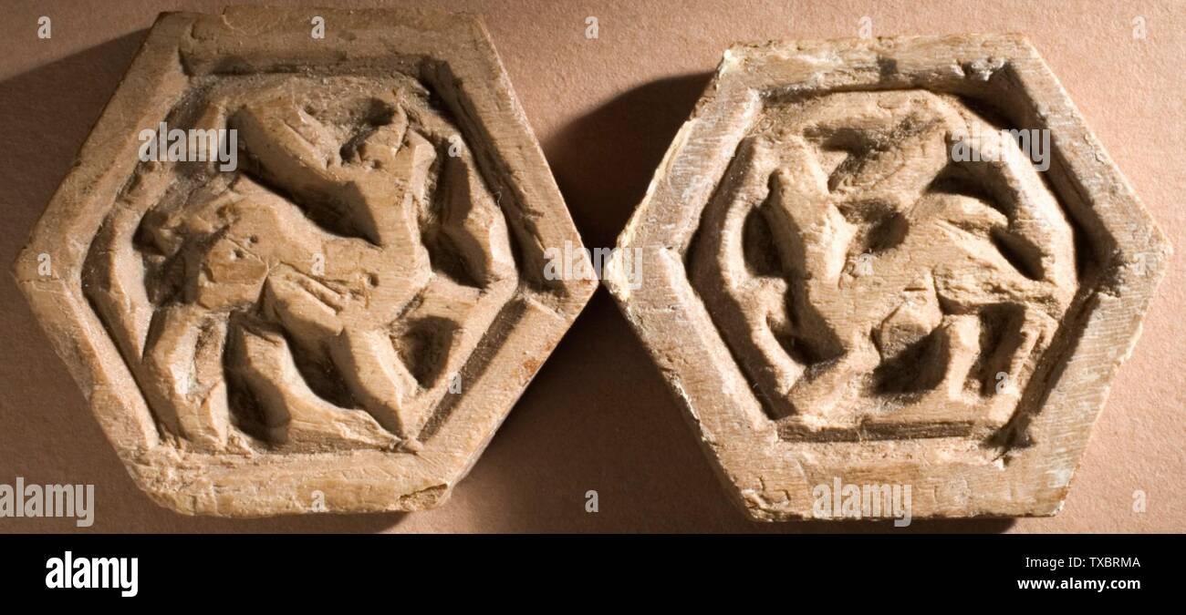 'Éléments polygonaux (image 2 de 4); Anglais: l'Egypte, l'Empire fatimide, 11e siècle; la sculpture, d'hexagones hauteur sculpté: 1 3/16 in. (3,01 cm); Hauteur de l'élément à quatre côtés: 1 in. (2,54 cm) de la Collection d'Art Islamique de Madina, don de Camilla Chandler Frost (M.2002.1.537a-pp); l'Art Islamique date du 11ème siècle:P QS571,+1050-00-00T00:00:00Z/7; ' Photo Stock
