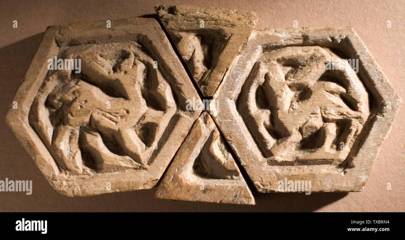 'Éléments polygonaux (image 3 de 4); Anglais: l'Egypte, l'Empire fatimide, 11e siècle; la sculpture, d'hexagones hauteur sculpté: 1 3/16 in. (3,01 cm); Hauteur de l'élément à quatre côtés: 1 in. (2,54 cm) de la Collection d'Art Islamique de Madina, don de Camilla Chandler Frost (M.2002.1.537a-pp); l'Art Islamique date du 11ème siècle:P QS571,+1050-00-00T00:00:00Z/7; ' Photo Stock