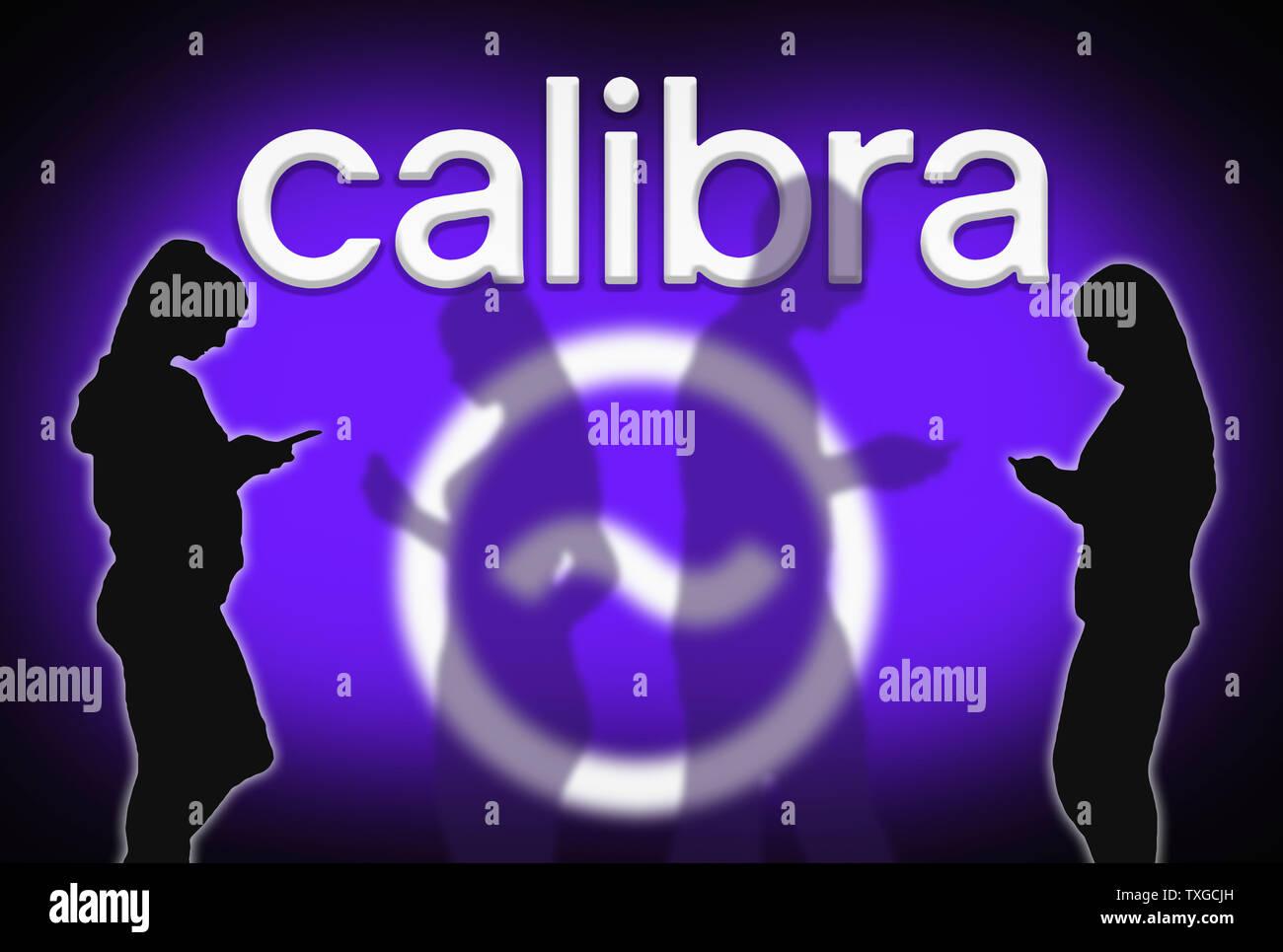 Silhouettes de personnes utilisant Facebook's Calibra portefeuille numérique app sur appareils mobiles, envoi et réception de l'argent en utilisant la balance blockchain cryptocurrency. Banque D'Images