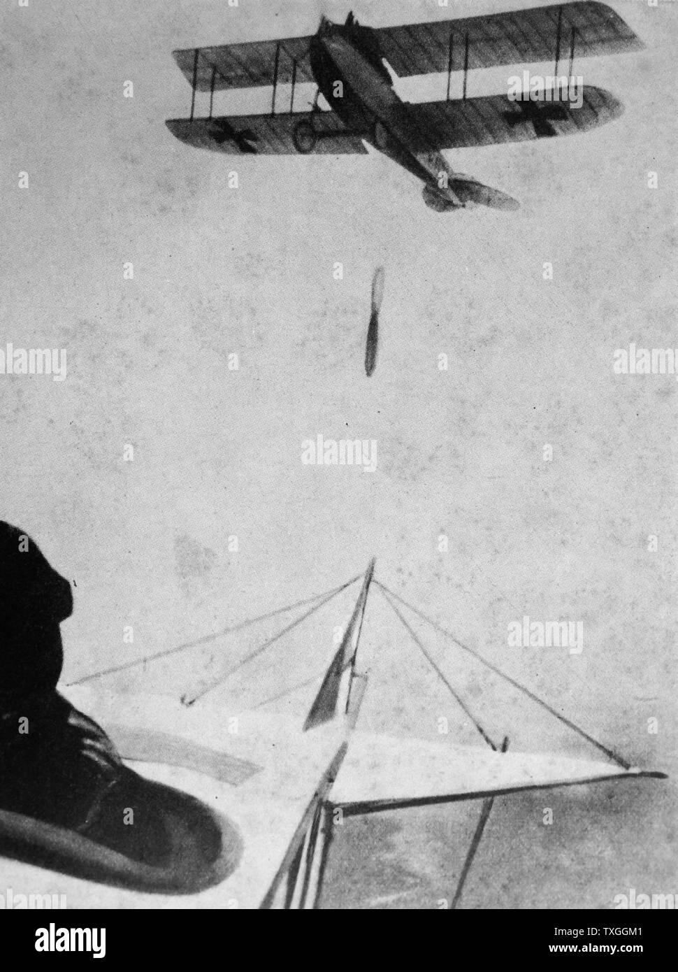 Photographie d'un avion allemand des bombes. Datée 1916 Banque D'Images