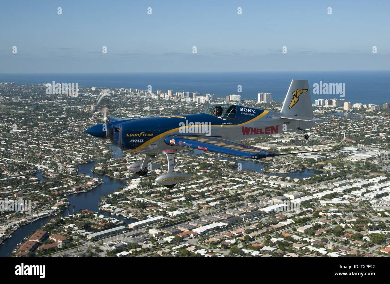 Mike Goulian Aerobats, effectue des manoeuvres tout en pratiquant plus de Ft. Lauderdale, Floride le 26 avril 2012. Goulian est l'une des vedettes qui participeront à la nouvelle Ft. Lauderdale Air Show qui aura lieu le week-end des 28 et 29 avril. .UPI/Marino-Bill Joe Cantrell Banque D'Images