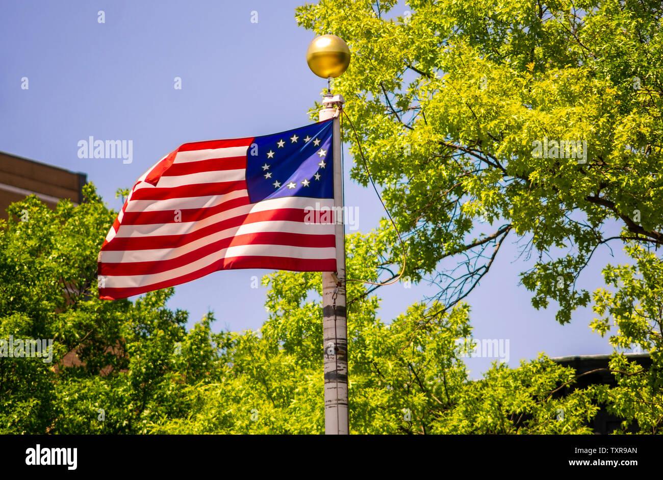 Treize étoiles commémorative drapeau américain vole dans la brise sur un mât dans un parc à New York le dimanche, Juin 23, 2019. (© Richard B. Levine) Photo Stock