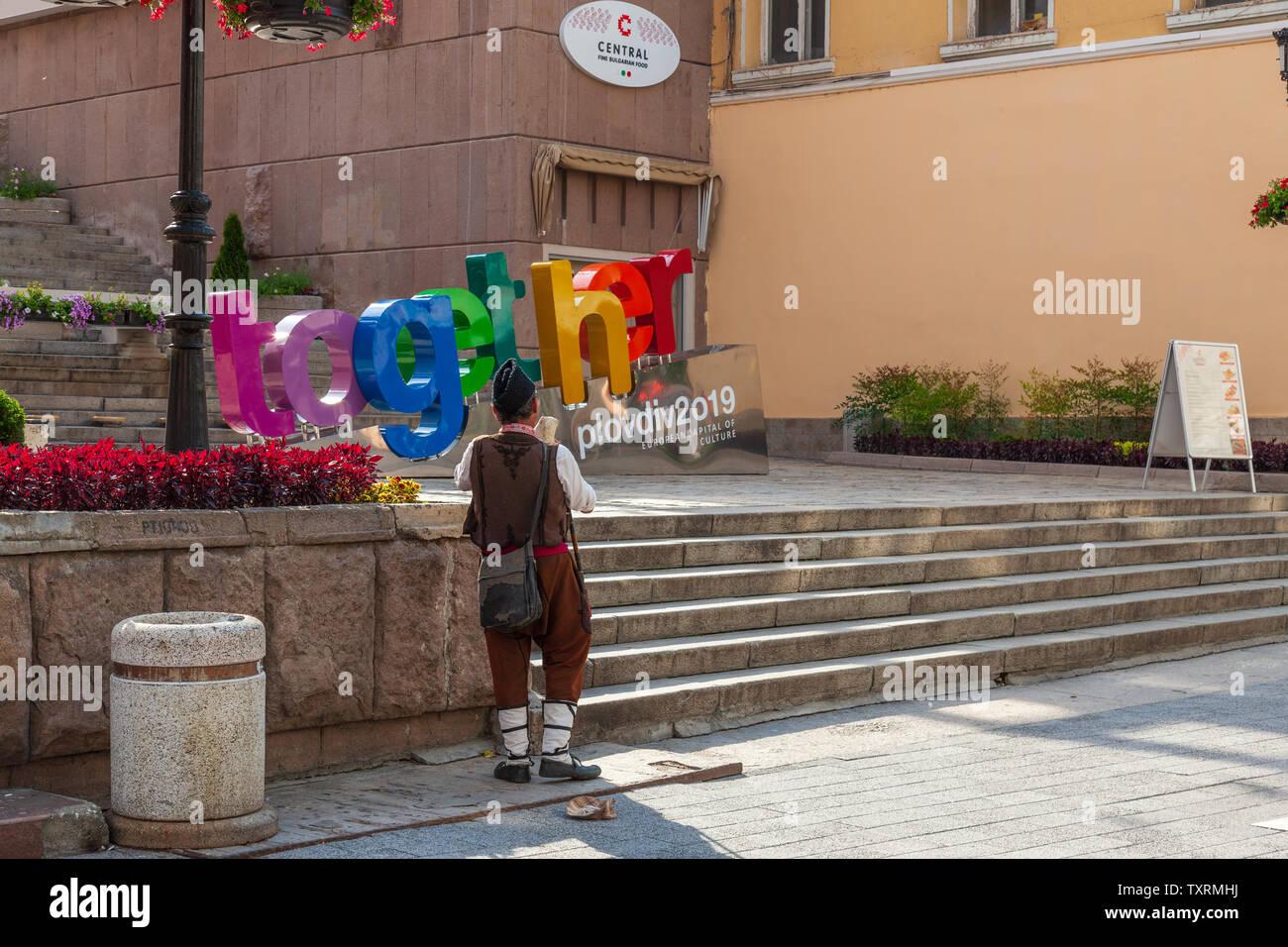 Ville de culture internationale de Plovdiv 2019 signer ensemble et l'homme en costume traditionnel centre-ville capitale européenne de la culture 2019 Banque D'Images