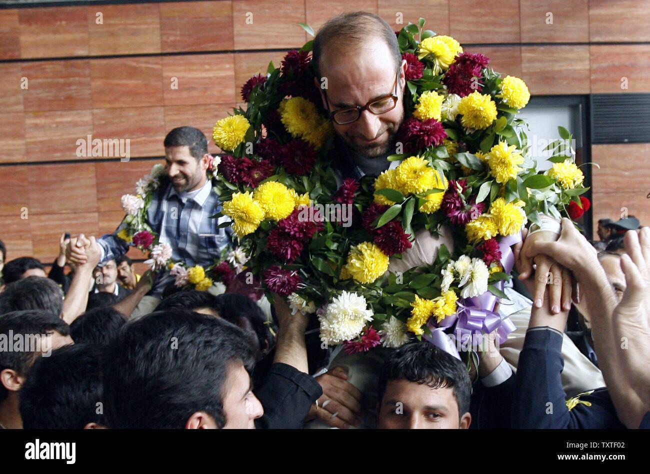 Les diplomates iraniens Hamid Reza Asghari (R) et Moussa Chegini (L) qui ont été arrêtés dans la ville d'Arbil est accueilli par ses partisans et des membres de la famille à l'aéroport Imam Khomeiny à Téhéran, Iran, le 11 novembre 2007. Les neuf iraniens, dont deux diplomates qui avaient été arrêtés dans le nord de la ville irakienne d'Erbil a récemment publié le vendredi nous par la force. (Photo d'UPI/STR) Banque D'Images