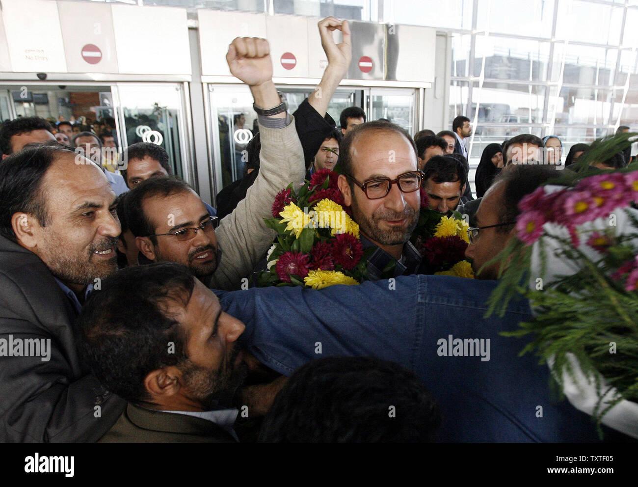 Les diplomates iraniens Hamid Reza Asghari (R) qui a été arrêté dans la ville d'Arbil est accueilli par ses partisans et des membres de la famille à l'aéroport Imam Khomeiny à Téhéran, Iran, le 9 novembre 2007. Neuf iraniens, dont deux diplomates qui avaient été arrêtés dans le nord de la ville d'Arbil, ont été libérés vendredi. UPI (photo) Banque D'Images