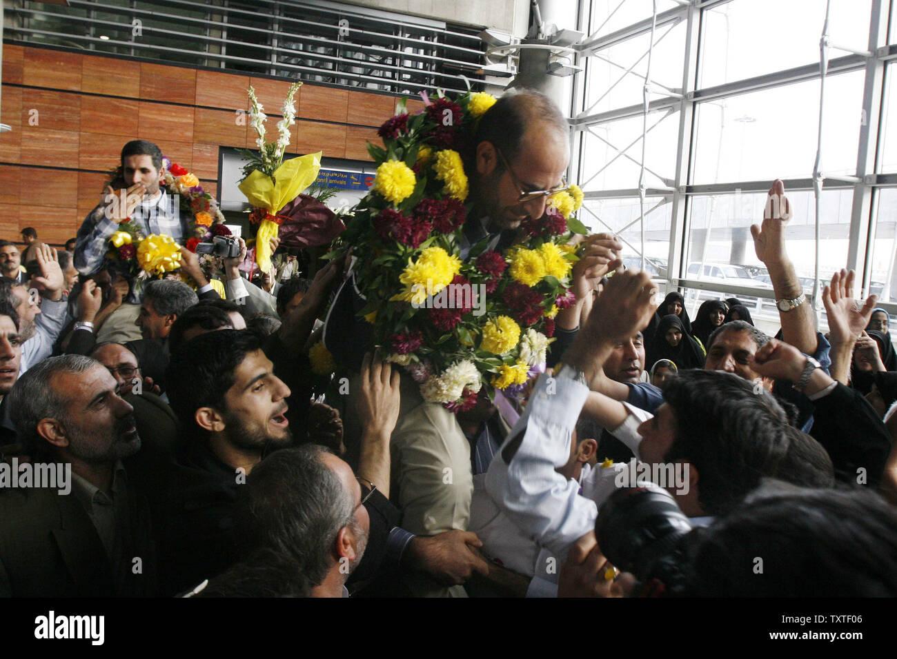 Les diplomates iraniens Hamid Reza Asghari (L) et Moussa Chegini (R), qui ont été arrêtés dans la ville irakienne d'Erbil sont accueillis par ses partisans et des membres de la famille à l'aéroport Imam Khomeiny à Téhéran, Iran, le 11 novembre 2007. Neuf iraniens, y compris les deux diplomates ont été libérés le vendredi par les forces américaines. (Photo d'UPI/STR) Banque D'Images