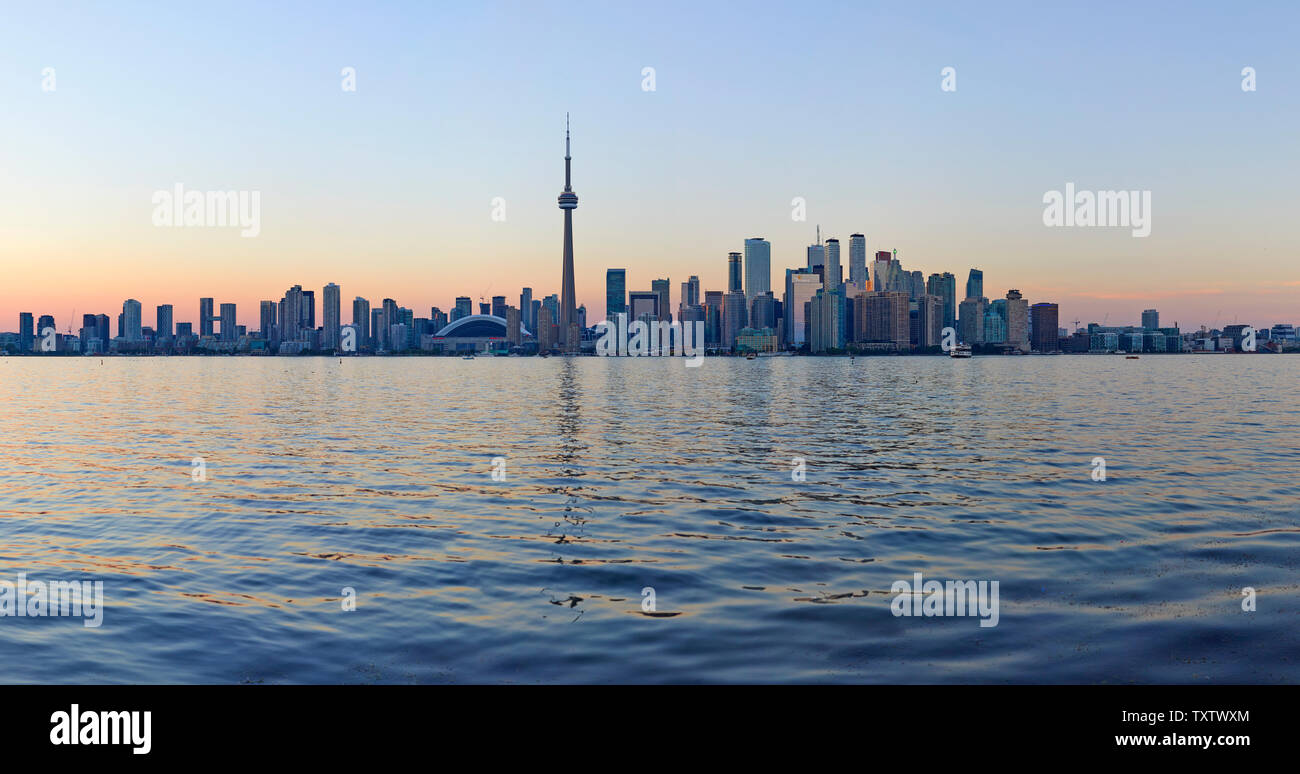 L'horizon de Toronto avec l'emblématique Tour du CN, l'Ontario, Canada Banque D'Images