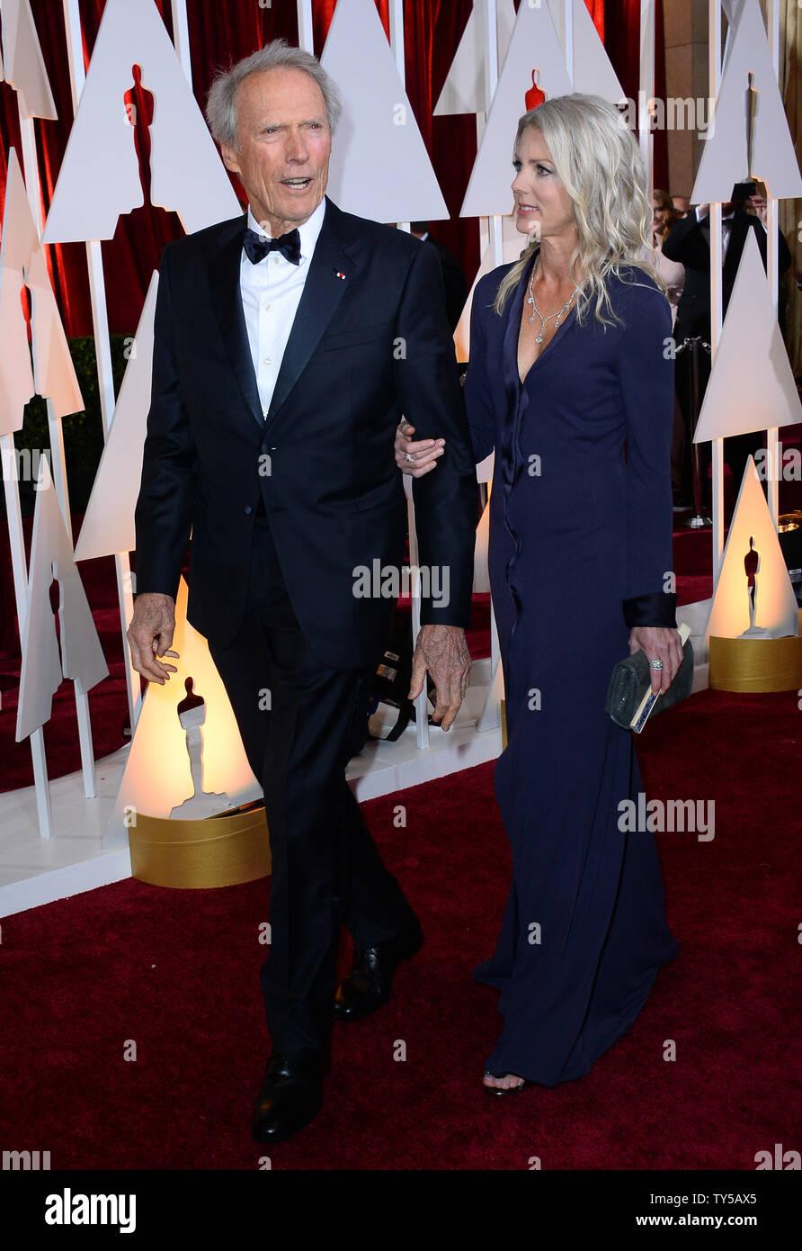 Clint Eastwood (L) et Christina Sandera arrivent à la 87e Academy Awards au Hollywood & Highland Center de Los Angeles le 22 février 2015. Photo par Jim Ruymen/UPI Banque D'Images