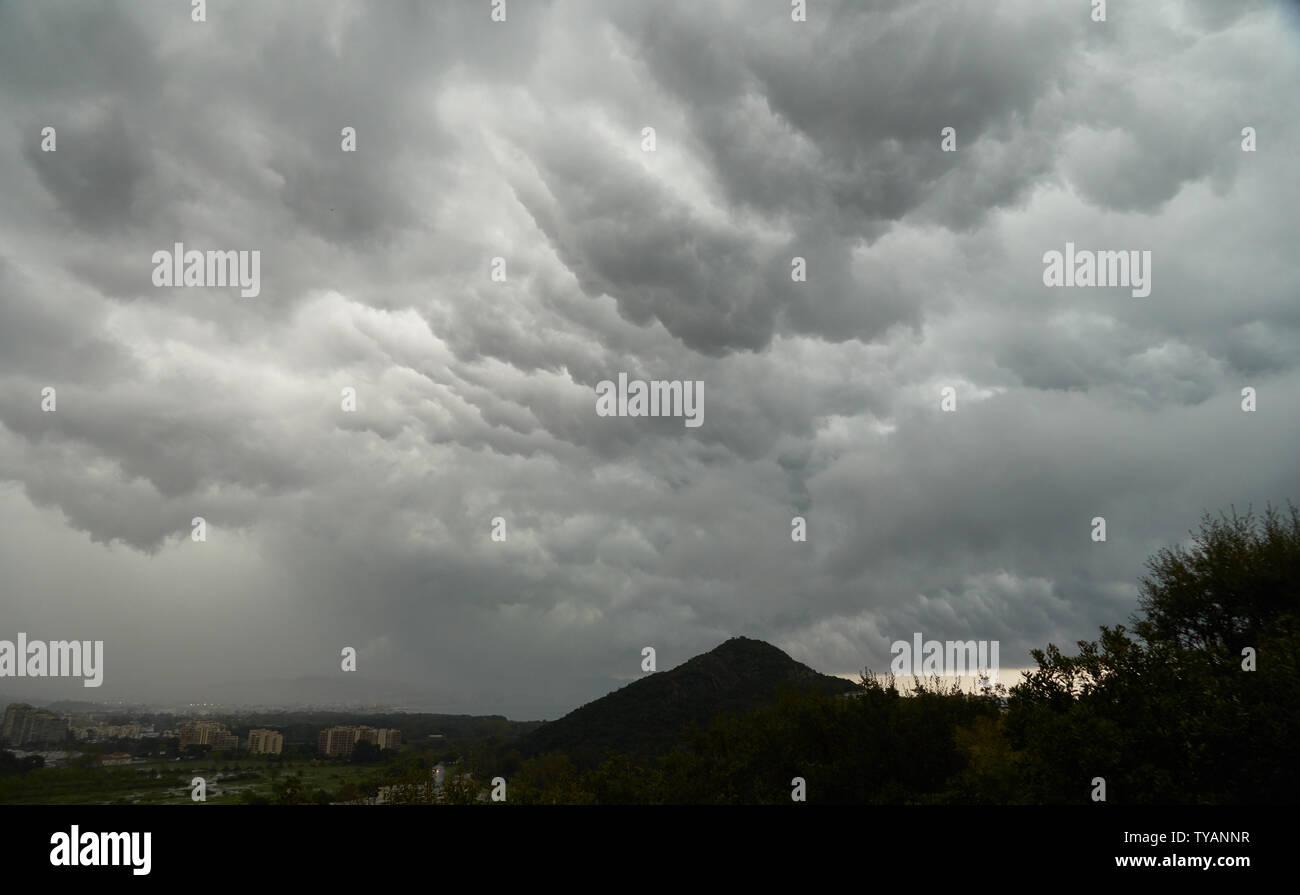 Plus de cloudscape Rainy Mountain San Peyre à Mandelieu-La Napoule, France Banque D'Images