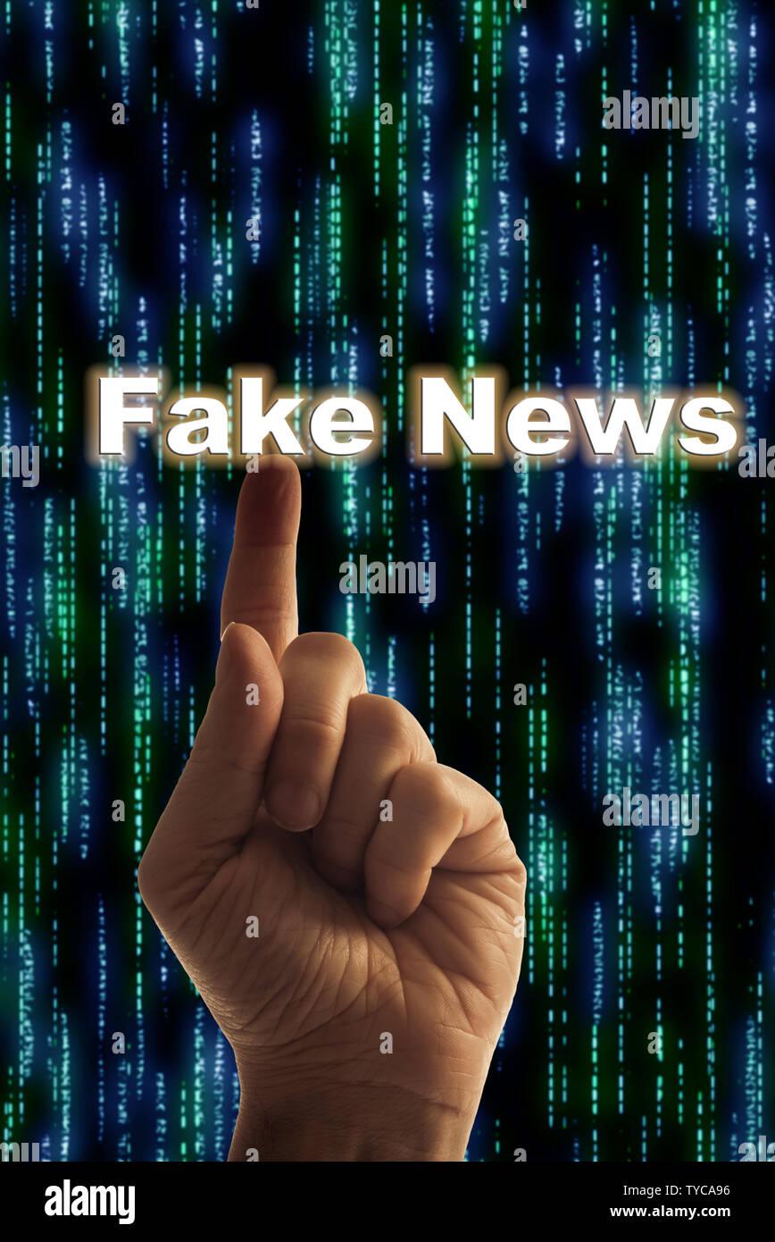 Un homme de pointer du doigt les mots: de fausses nouvelles, de fausses informations et de fausses nouvelles concept Photo Stock