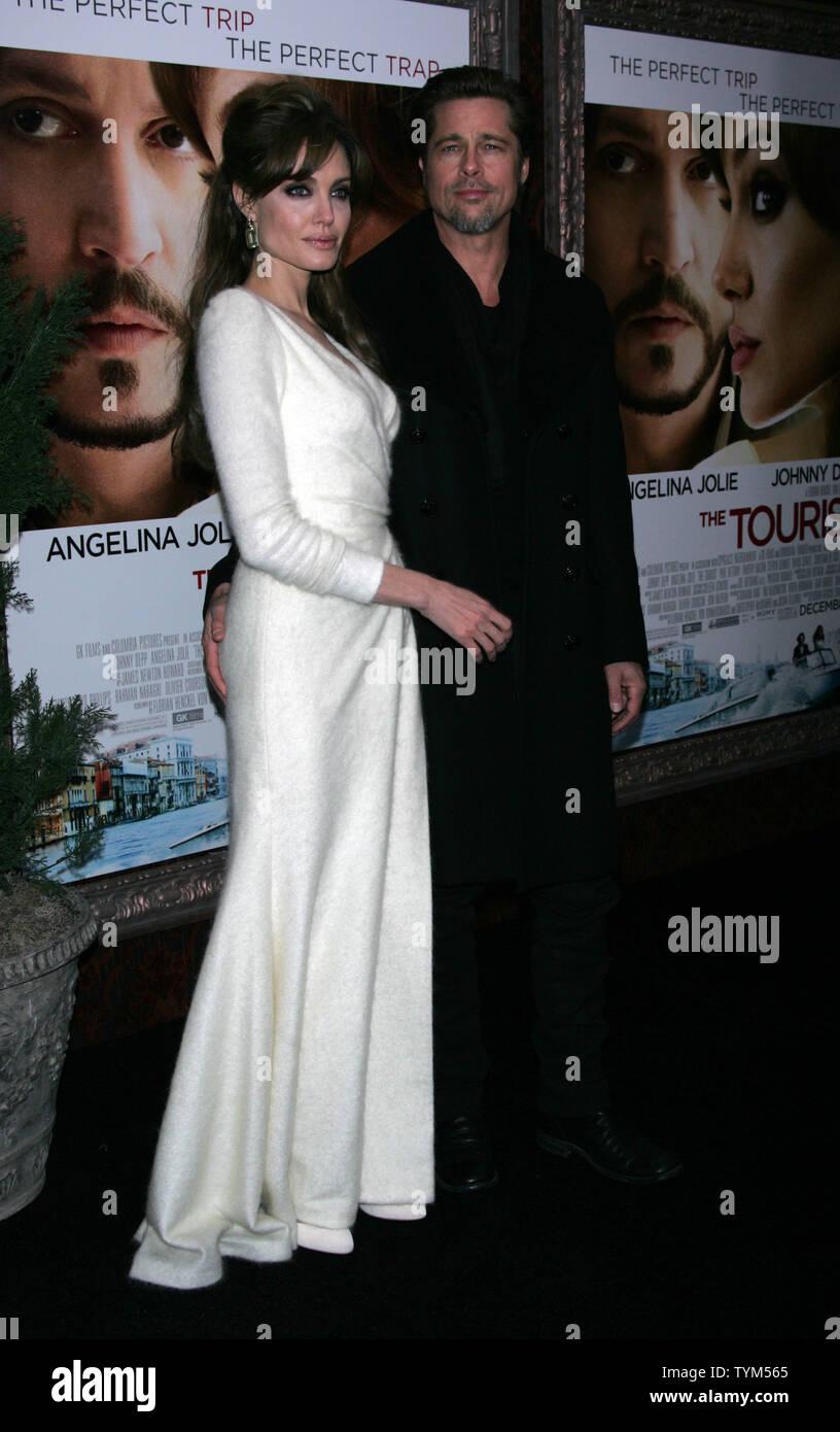 Brad Pitt Angelina Jolie arrivent pour 'l'' Première au Ziegfeld Theatre à New York le 6 décembre 2010. UPI /Laura Cavanaugh Banque D'Images