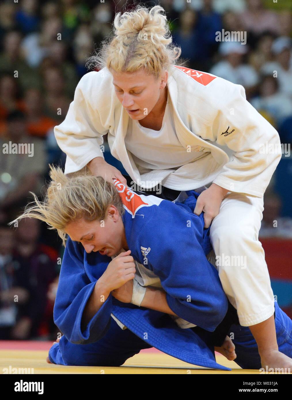 Kayla Harrison de l'USA (blanc) pousse vers le bas Gemma Gibbons de Grande-Bretagne dans l'or des femmes de 78KG Le Judo à l'ExCel Centre au Jeux Olympiques d'été de 2012 à Londres le 2 août 2012 à Londres. Harrison a remporté la médaille d'argent tandis que Gibbons à l'événement. UPI/Terry Schmitt Banque D'Images
