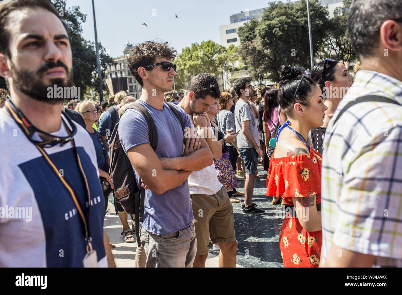 Les gens attendent avant une minute de silence pour les victimes de l'attaque de Barcelone sur la Plaza de Catalunya le 18 août 2017, un jour après un van dans la foule, tuant 14 personnes et blessant plus de 100 sur la Rambla de Barcelone. Les conducteurs ont labouré le 17 août 2017. photo par Angel Garcia/ UPI Banque D'Images