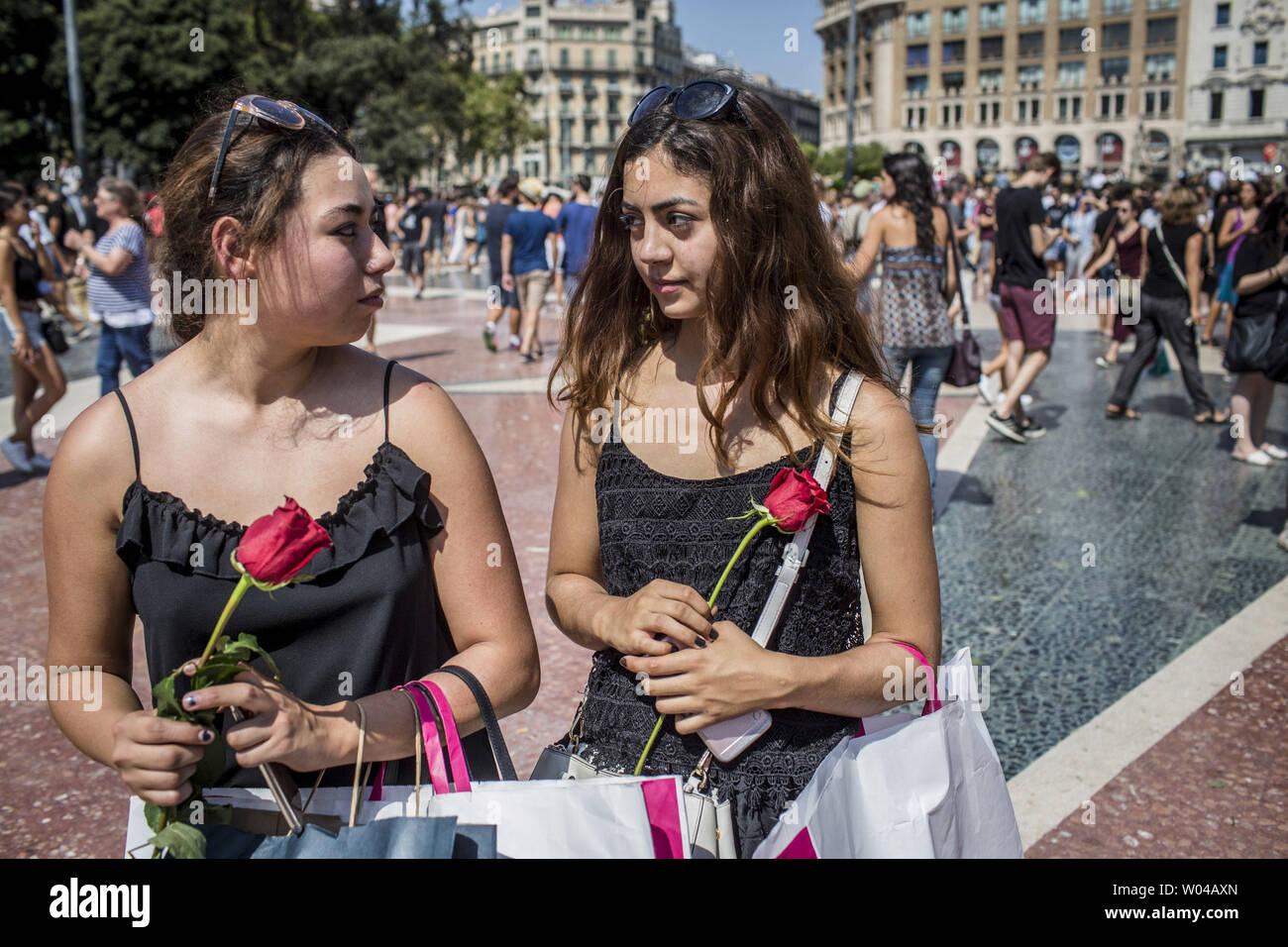 Des femmes portant des roses à mettre sur la Rambla pour les victimes de l'attaque de Barcelone le 18 août 2017, un jour après un van dans la foule, tuant 14 personnes et blessant plus de 100 sur la Rambla de Barcelone. Les conducteurs ont labouré le 17 août 2017. photo par Angel Garcia/ UPI Banque D'Images