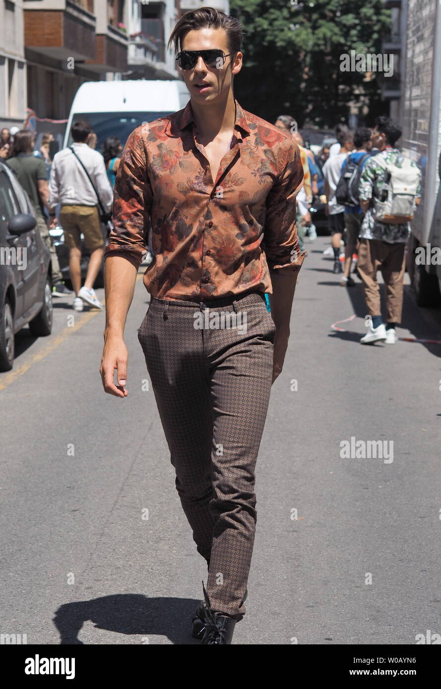 MILANO, Italie  16 Juin 2019  blogueurs de la mode street