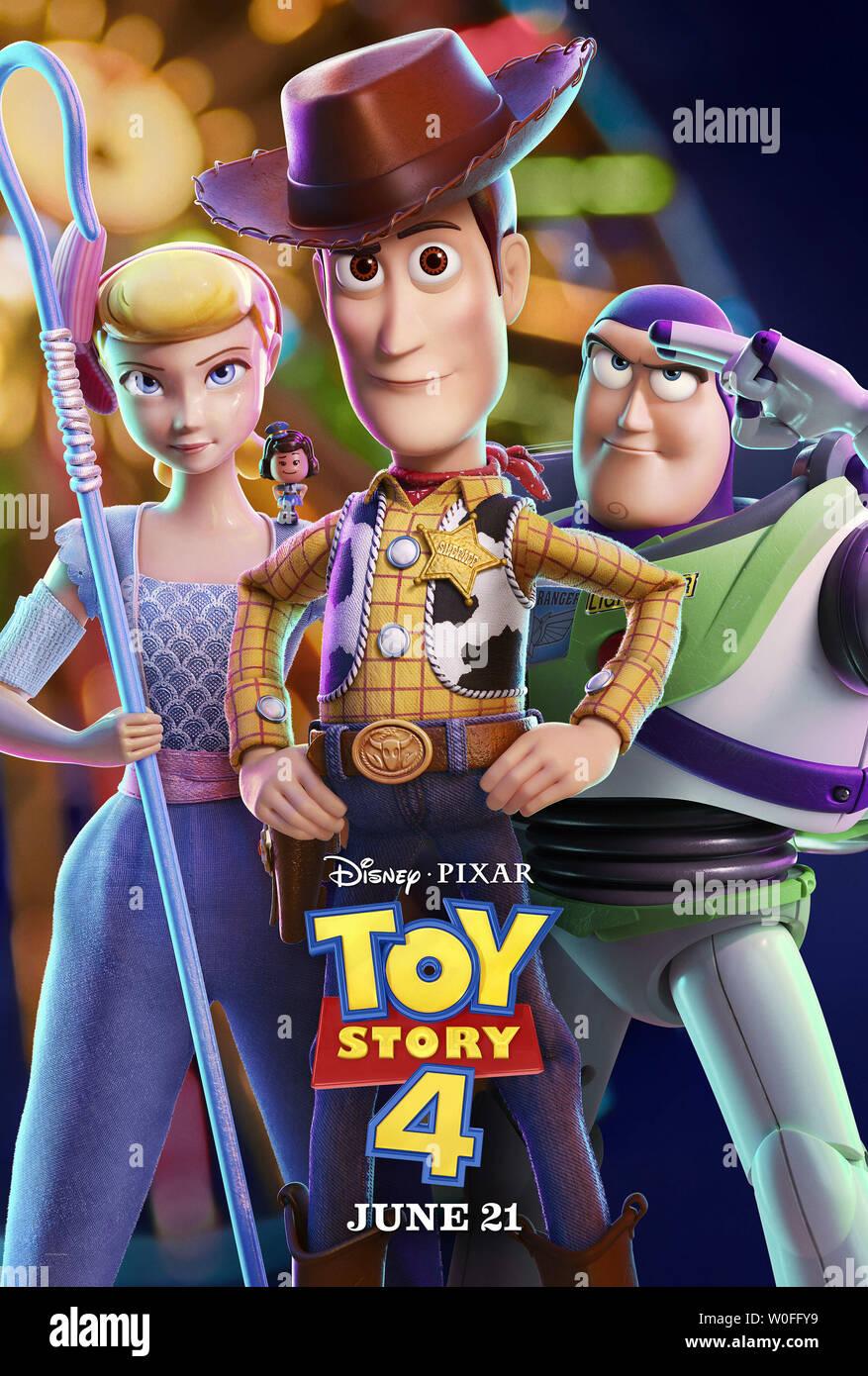 TOY STORY 4, de nous poster, de gauche: Bo Peep (voix: Annie Potts), Giggle McDimples (voix: Ally Maki), Woody (voix: Tom Hanks), Buzz Lightyear (voix: Tim Allen), 2019. © Walt Disney Studios Motion /courtesy Everett Collection Banque D'Images