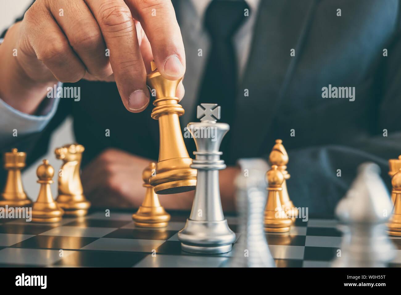 Le leadership d'affaires jouant aux échecs et de penser à propos du plan de la stratégie de renverser l'équipe opposée l'écrasement et de développement d'analyser pour la réussite de corp Banque D'Images
