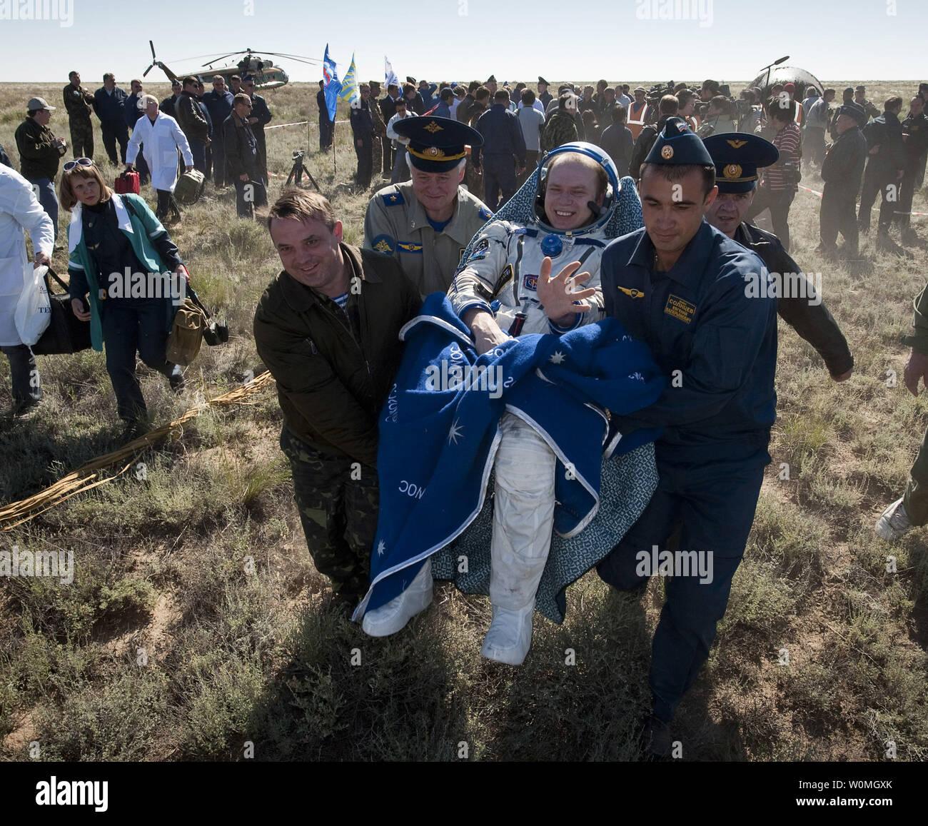Le commandant de l'expédition 23 Oleg Kotov s'effectue sur une chaise à la tente médicale à quelques minutes après lui et d'autres membres d'équipage T.J. Creamer et Soichi Noguchi a atterri dans leur capsule Soyouz TMA-17 près de la ville de Zhezkazgan, le Kazakhstan le 2 juin 2010. L'astronaute de la NASA Creamer, le cosmonaute russe Kotov et astronaute japonais Noguchi sont de retour de six mois à bord de la Station spatiale internationale où ils ont servi en tant que membres de l'Expédition 22 et 23 équipes. UPI//Bill Ingalls/NASA Photo Stock