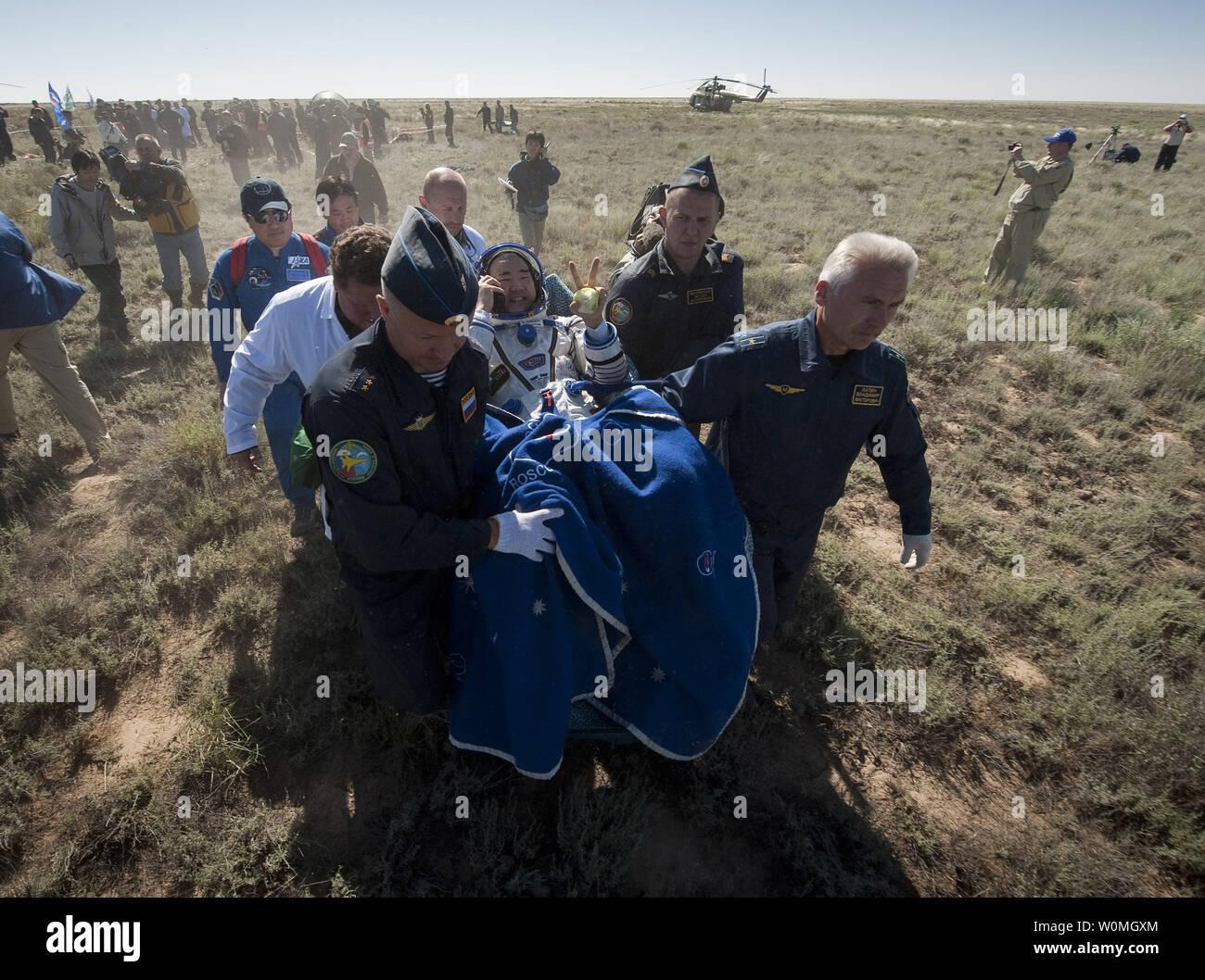 L'ingénieur de vol de l'expédition 23 Soichi Noguchi est effectué sur une chaise à la tente médicale à quelques minutes après lui et d'autres membres d'équipage T.J. Creamer et commandant Oleg Kotov a atterri dans leur capsule Soyouz TMA-17 près de la ville de Zhezkazgan, le Kazakhstan le 2 juin 2010. L'astronaute de la NASA Creamer, le cosmonaute russe Kotov et astronaute japonais Noguchi sont de retour de six mois à bord de la Station spatiale internationale où ils ont servi en tant que membres de l'Expédition 22 et 23 équipes. UPI//Bill Ingalls/NASA Photo Stock