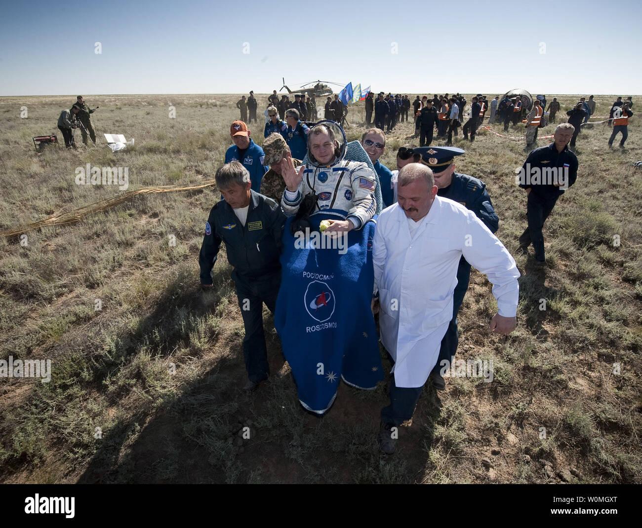 L'ingénieur de vol de l'expédition 23 T.J. Creamer s'effectue sur une chaise à la tente médicale à quelques minutes après lui et d'autres membres d'équipage Soichi Noguchi et commandant Oleg Kotov a atterri dans leur capsule Soyouz TMA-17 près de la ville de Zhezkazgan, le Kazakhstan le 2 juin 2010. L'astronaute de la NASA Creamer, le cosmonaute russe Kotov et astronaute japonais Noguchi sont de retour de six mois à bord de la Station spatiale internationale où ils ont servi en tant que membres de l'Expédition 22 et 23 équipes. UPI//Bill Ingalls/NASA Photo Stock