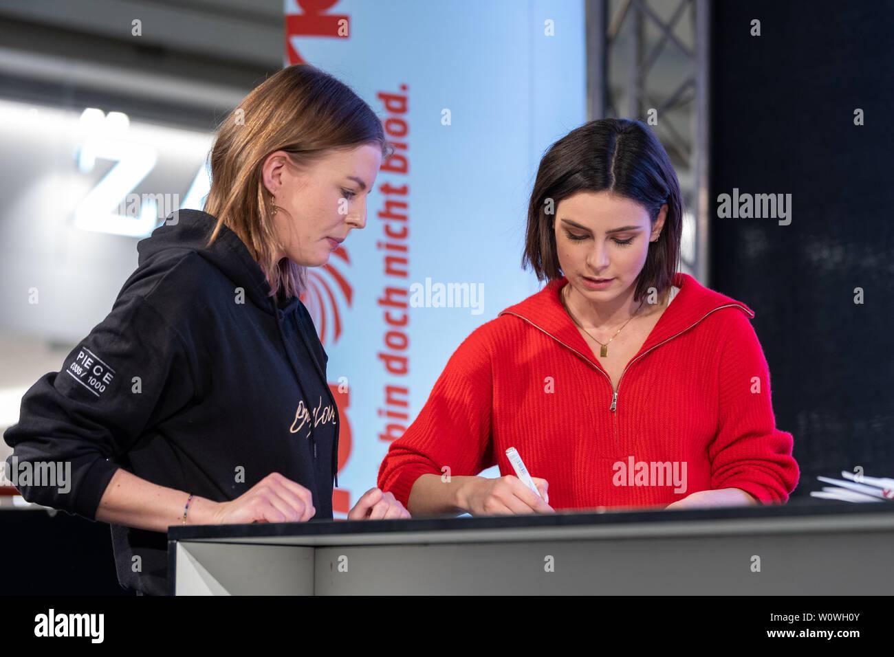 "Lena Meyer-Landrut Autogrammstunde mit zu Ihrem Albumstart ""seulement l'amour, l""'im ALEXA Berlin / 090419 Banque D'Images"