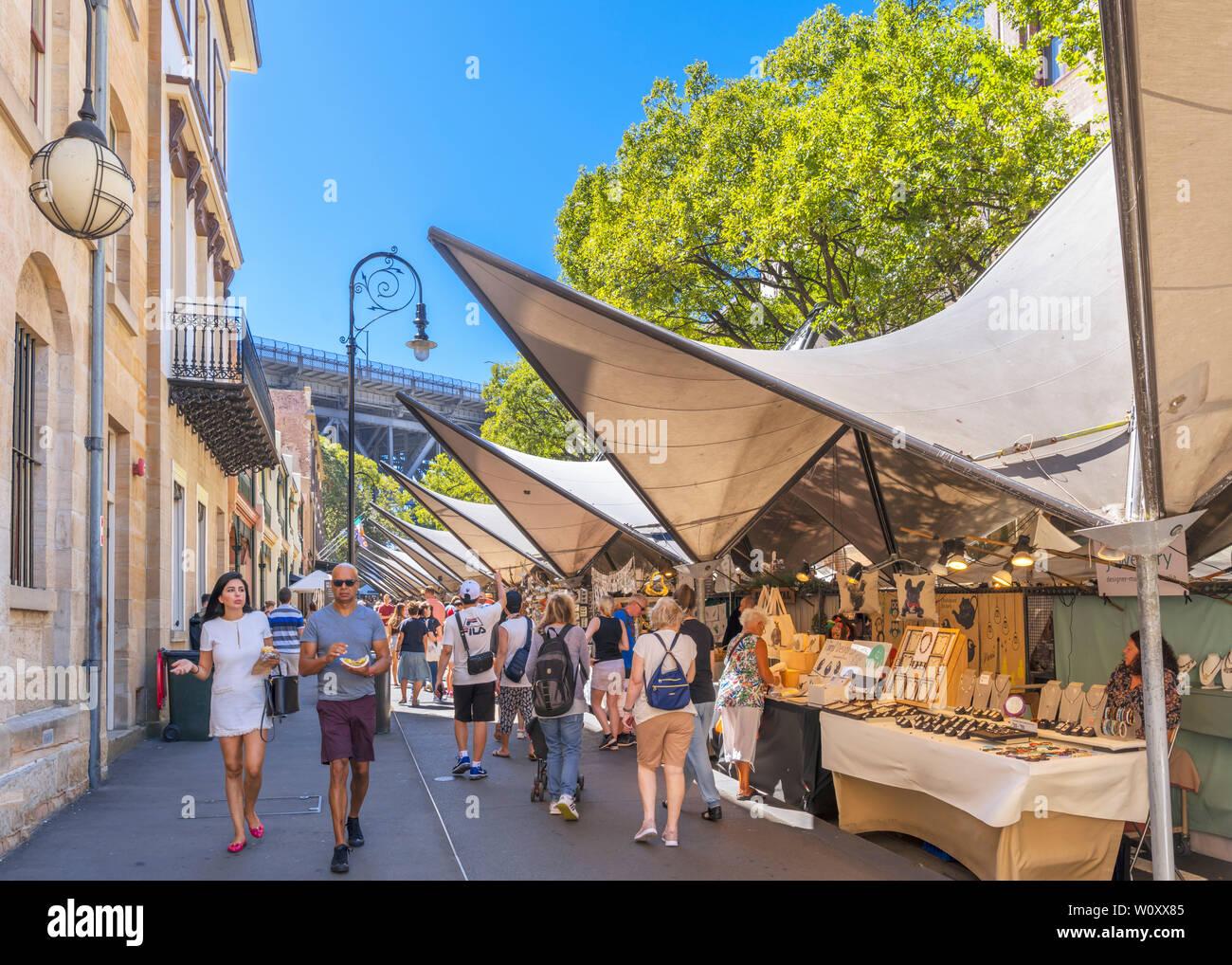 Marché le dimanche sur George Street dans le quartier The Rocks, Sydney, New South Wales, Australia Photo Stock