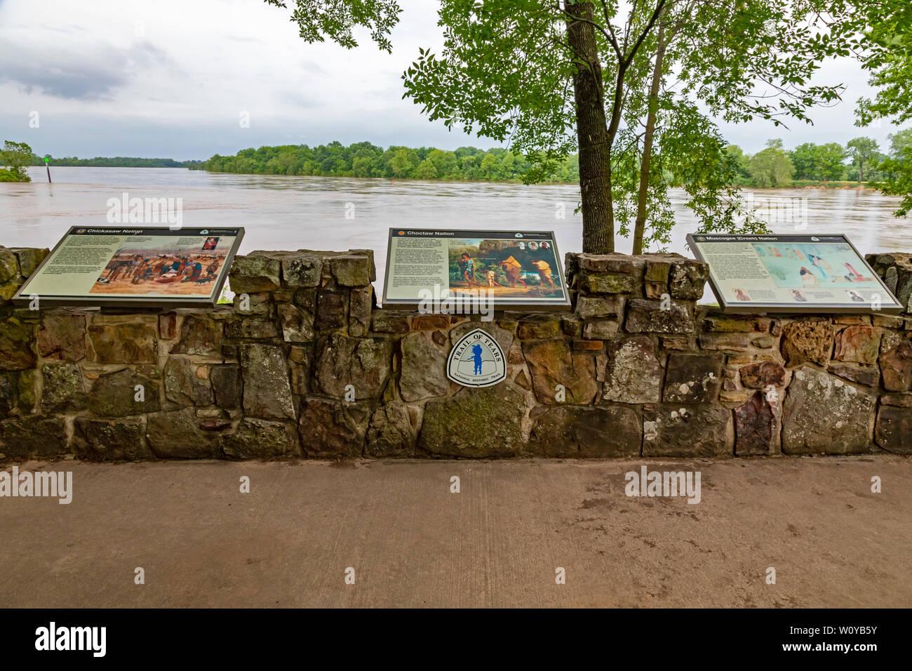 Fort Smith, Arkansas - Le sentier des larmes surplombent, regard vers New York sur la rivière Arkansas à Fort Smith National Historic Site. Des milliers o Banque D'Images