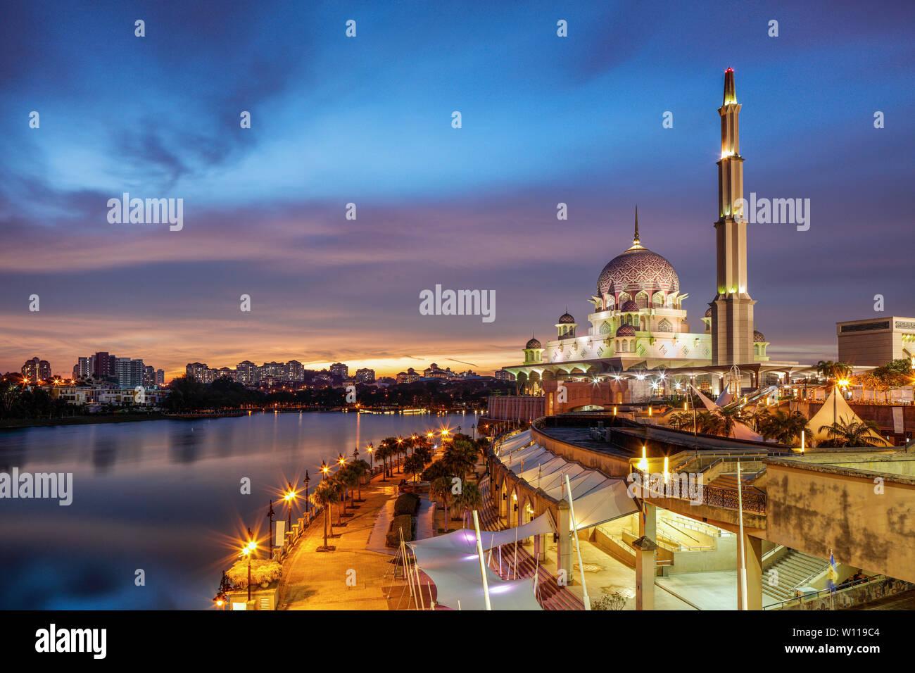 L'heure bleue à la mosquée Putra, Putrajaya, Malaisie. Banque D'Images