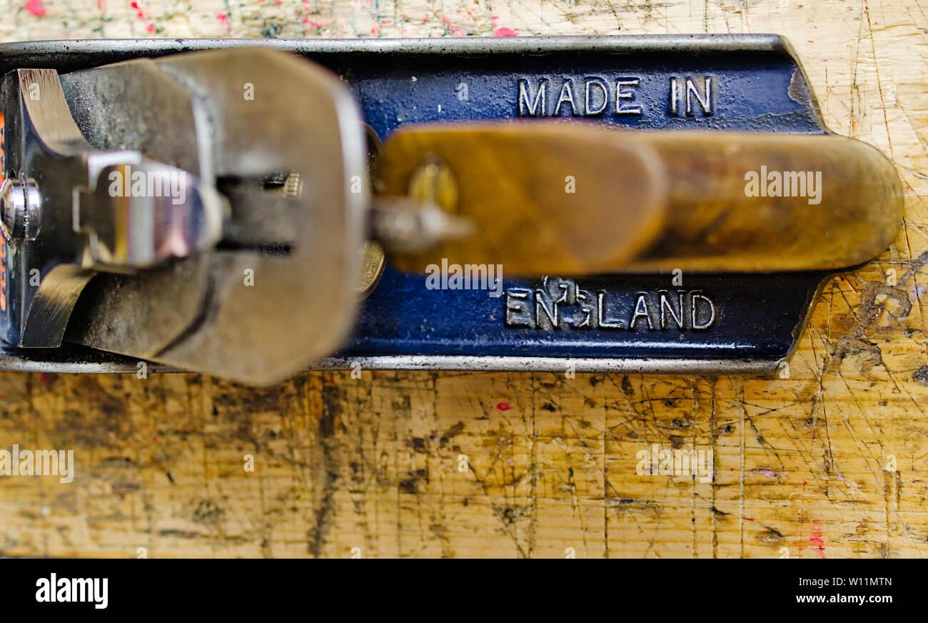 """Rabots métalliques n° 4 """"made in England"""" détail sur banc de travail du bois, surface grunge tourné à partir de ci-dessus. Banque D'Images"""