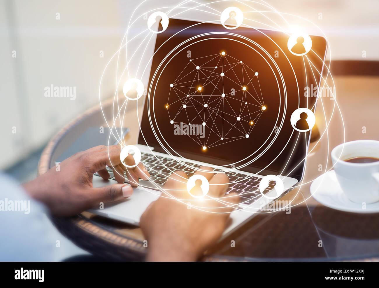 Réseau social avec hologramme businessman working on laptop Banque D'Images