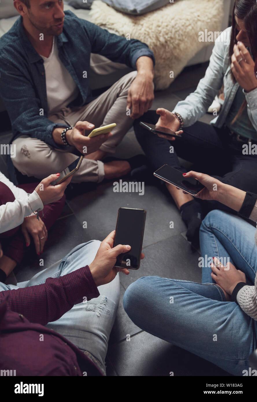 Groupe de personnes dépendantes de s'amuser ensemble avec les téléphones intelligents - Technologie concept avec en ligne avec les cellulaires millénaire Banque D'Images