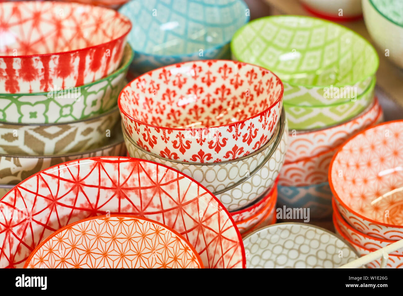 Groupe des bols de céramique dans le magasin. Plats avec différentes modèles colorés. Banque D'Images