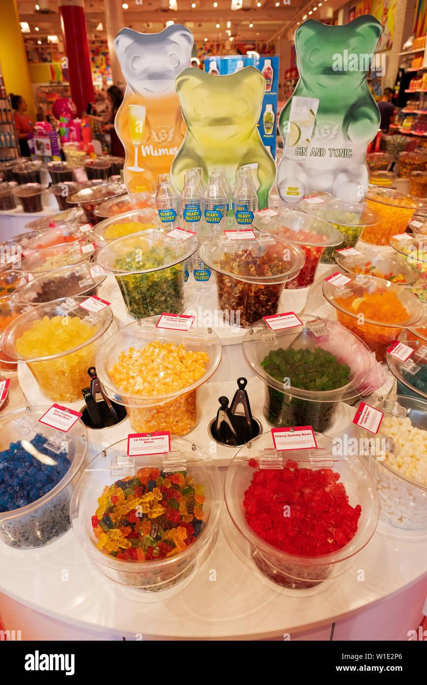 Une sélection d'ours gommeux avec des saveurs très inhabituelle pour la vente à It'sugar, un bonbon à la livre store à Greenwich Village, New York City Banque D'Images