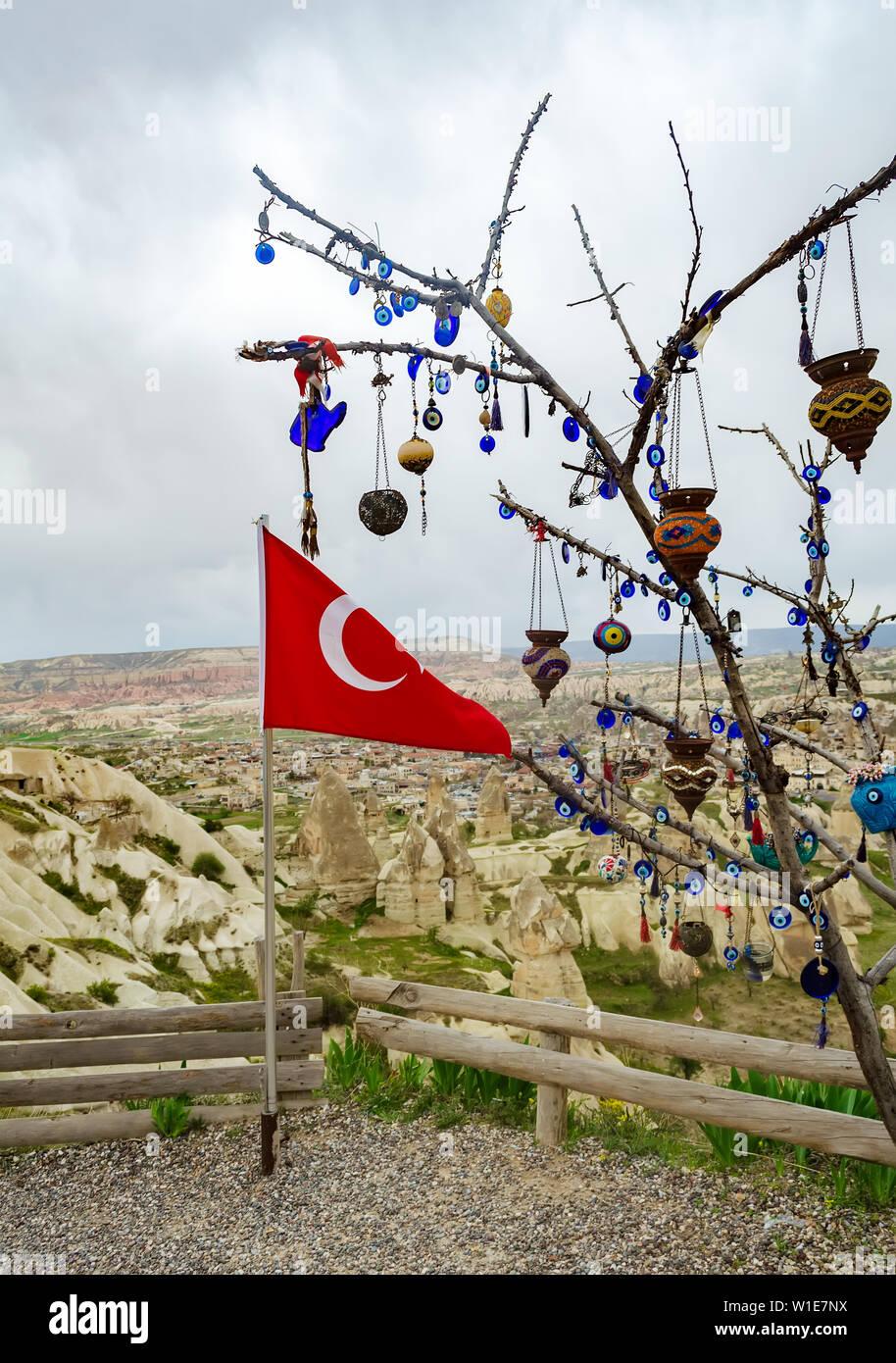 Drapeau turc à côté de l'arbre des désirs sur une plate-forme d'observation dans Istanbul, Cappadoce Banque D'Images