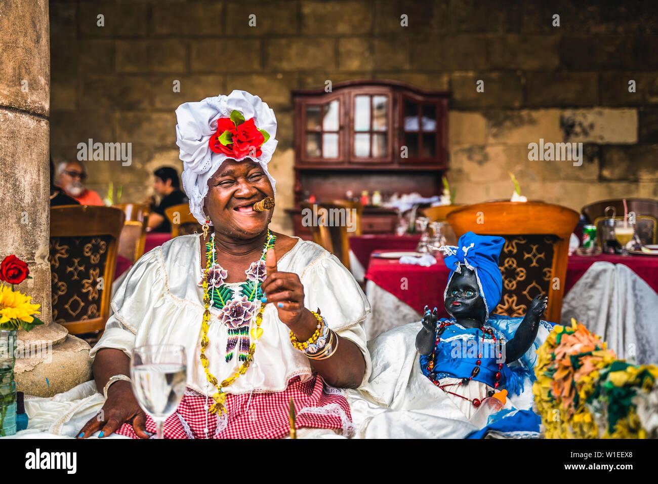 La femme cubaine qui pose pour des photos tout en fumant gros cigare cubain à La Havane, (La Havane), Cuba, Antilles, Caraïbes, Amérique Centrale Banque D'Images