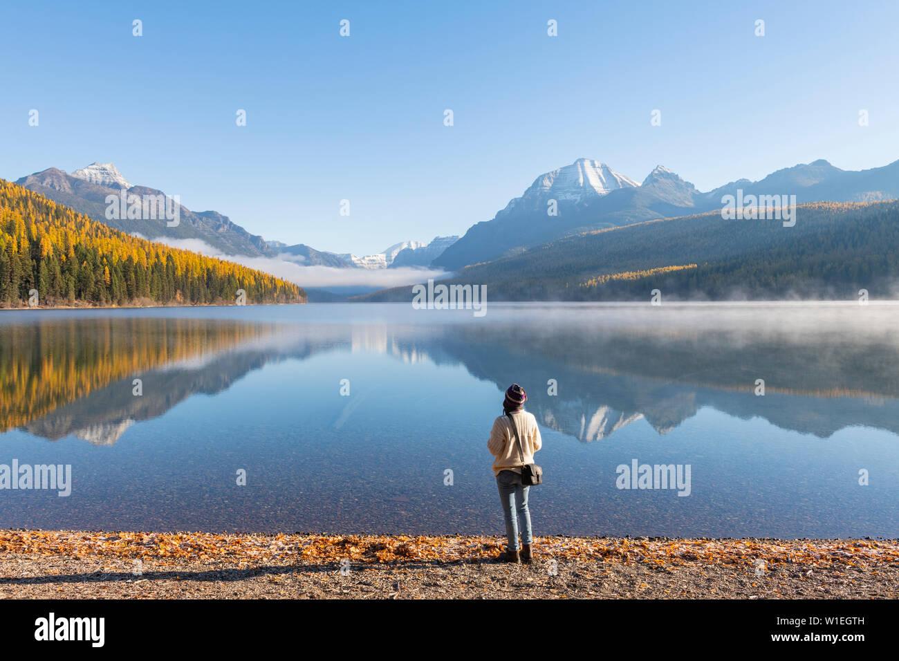 Femme sur les rives du lac Bowman, Glacier National Park, Montana, États-Unis d'Amérique, Amérique du Nord Banque D'Images