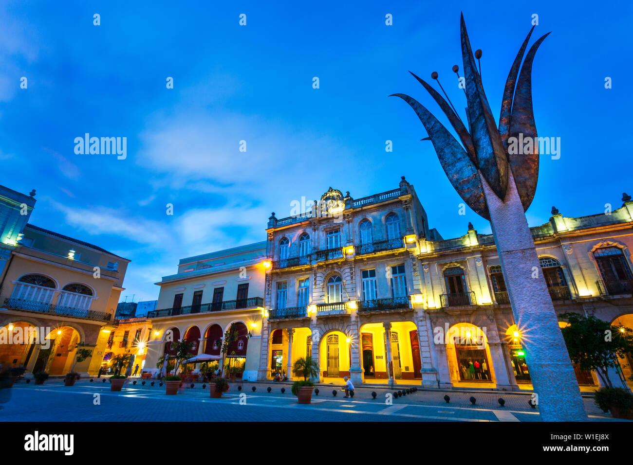 Place de la vieille ville, la Plaza Vieja, la nuit, La Habana Vieja, UNESCO World Heritage Site, La Habana, Cuba (La Havane), Antilles, Caraïbes, Amérique Centrale Banque D'Images