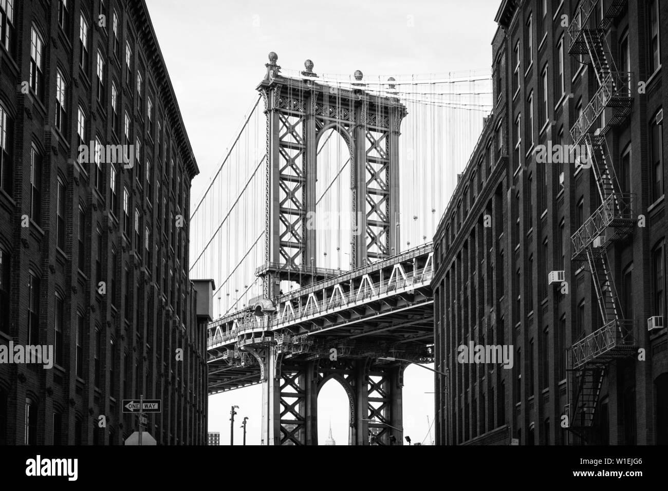 Pont de Manhattan avec l'Empire State Building à travers les arches, New York City, New York, États-Unis d'Amérique, Amérique du Nord Banque D'Images
