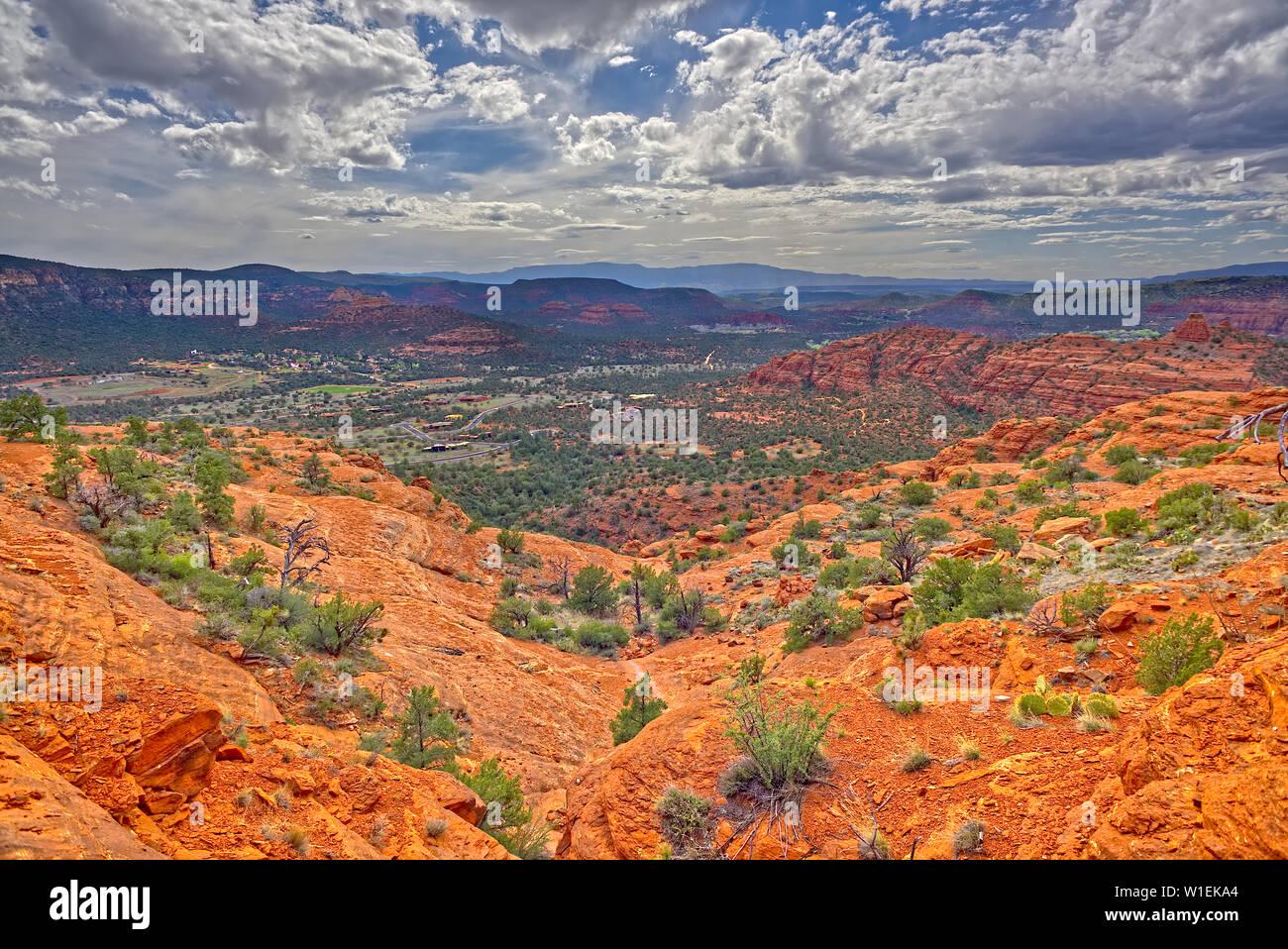 Vue de l'ouest de Sedona à partir d'une falaise sur le côté sud de Cathedral Rock, Sedona, Arizona, États-Unis d'Amérique, Amérique du Nord Banque D'Images