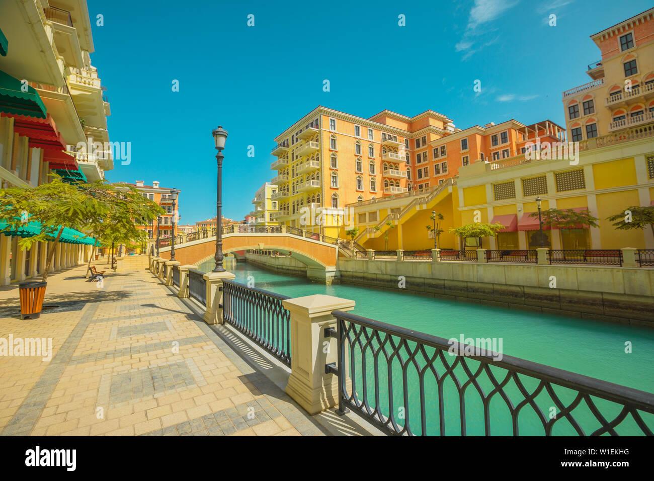 Belle petite Venise avec des canaux reliées par des ponts de style vénitien, Qanat Quartier, Venise au Pearl à sunset light, Doha, Qatar Banque D'Images