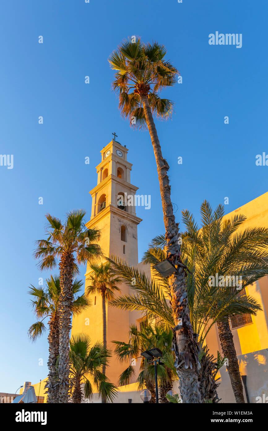 Voir l'église Saint Pierre de la tour de l'horloge à Jaffa Vieille Ville au coucher du soleil, Tel Aviv, Israël, Moyen Orient Banque D'Images