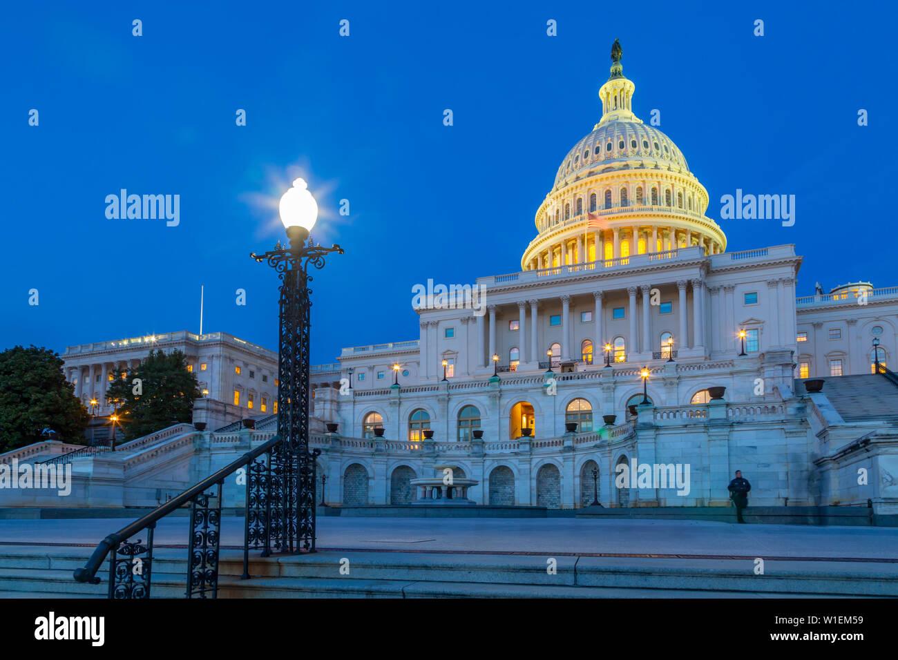 Vue sur le Capitole au crépuscule, Washington D.C., Etats-Unis d'Amérique, Amérique du Nord Banque D'Images
