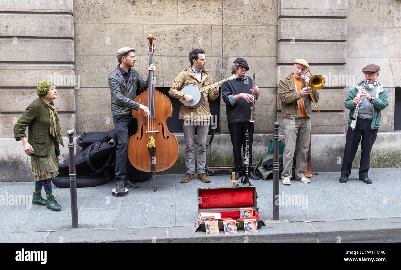 Paris, France - 21 Avril 2014: des musiciens qui jouent sur la rue Parisienne Un dimanche à Paris, le quartier du Marais Banque D'Images