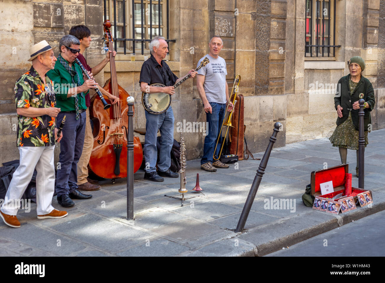 Paris, France - 27 juillet 2014 des musiciens de rue parisienne: performances sur un dimanche à Paris, le quartier du Marais Banque D'Images