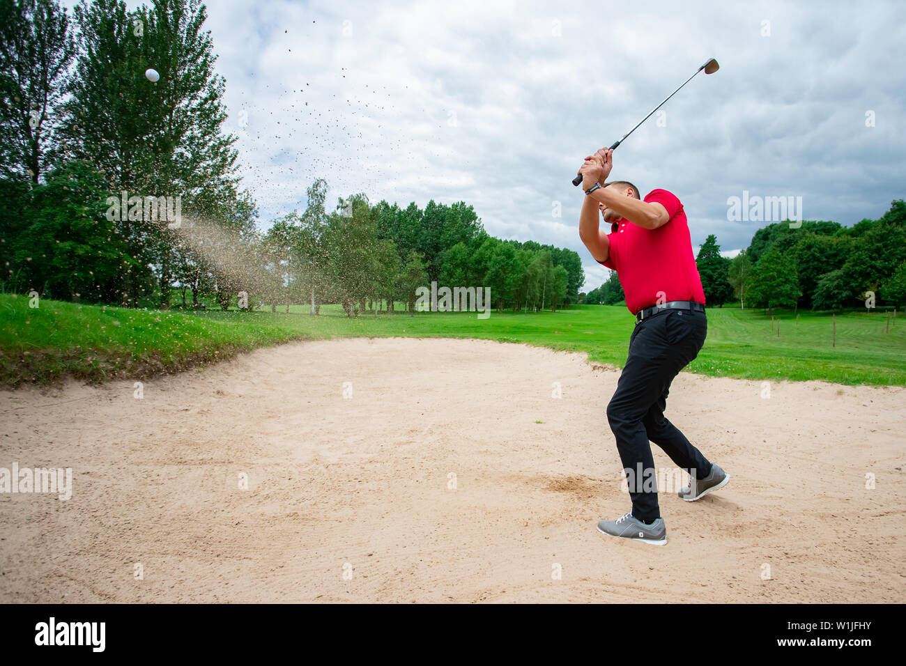 Un golfeur professionnel jouant une partie de golf. Banque D'Images