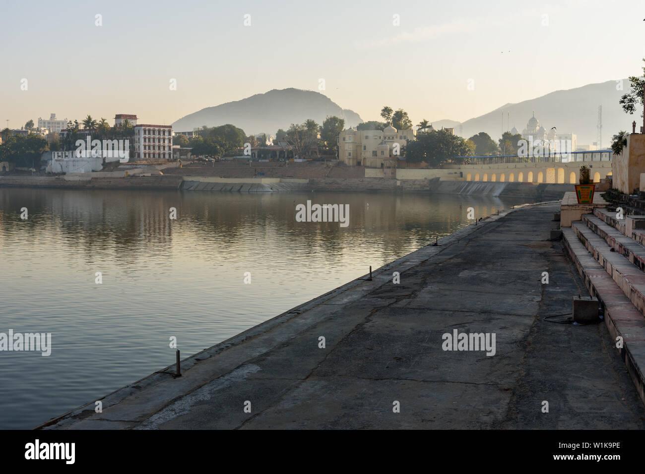 Ghats à Pushkar lac sacré au Rajasthan. L'Inde Banque D'Images