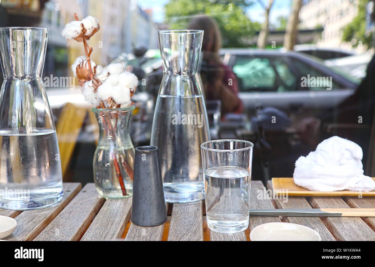 L'attente pour l'alimentation en plein air avec de l'eau, serviette humide et la décoration sur la table Banque D'Images