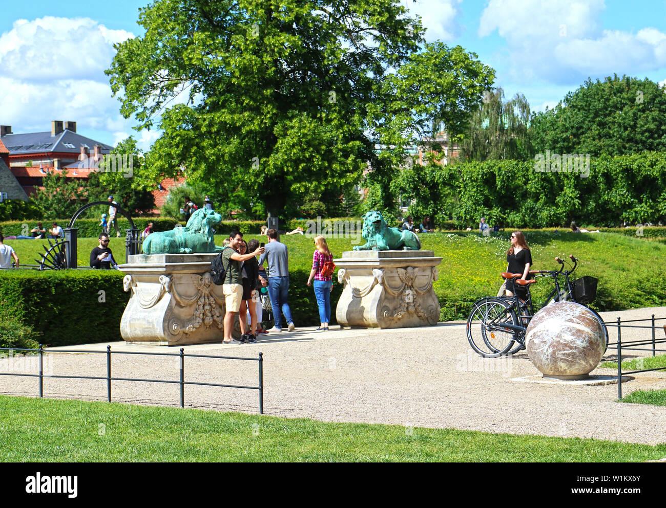Copenhague, Danemark - 16 juin, 2019 Très belle vue sur le jardin du roi à l'entrée du château de Rosenborg dans le centre de Copenhague mis s Banque D'Images